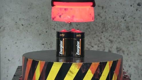 加热1000度的液压机遇到电池,后果会是怎样呢?网友:真会玩