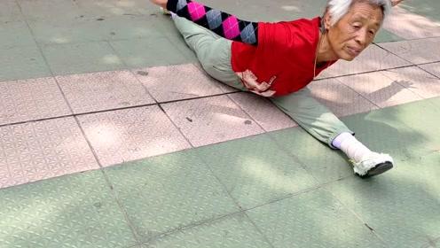 8旬老太练柔术秀一字马会20种高难度动作,返老还童长黑发