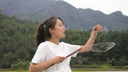 农村孩子是这样过夏天的,用蜘蛛网捕蜻蜓,蹦蹦跳跳开心坏了!