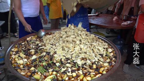 1000碗大锅菜半小时抢光,1000人同吃大锅菜,场面霸气