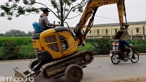 挖掘机装轮胎,小三轮可以直接带走
