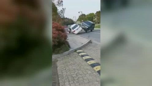 男子驾驶吉普车连撞八辆车 竟是喝了酒