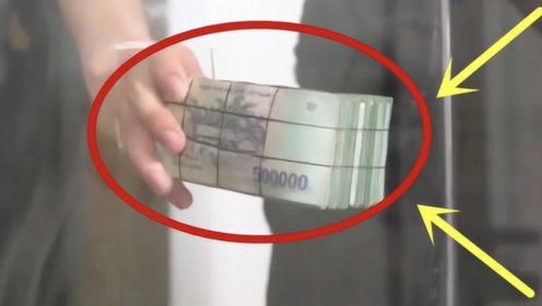 土豪在玻璃箱里放入5亿元,谁能拿走就归谁,土豪我们做朋友吧!