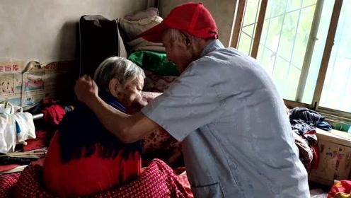 91岁老兵照顾瘫痪妻子8年:想她开心