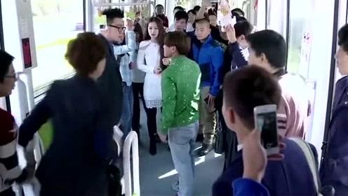 混混在公交车上耍流氓,一旁美女上去就是一脚,让他痛不欲生!