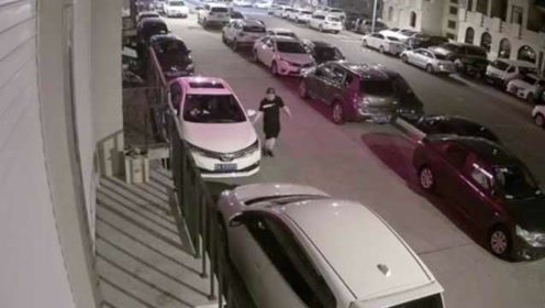 手欠!男子趁夜连划18辆车,从车头划到车尾