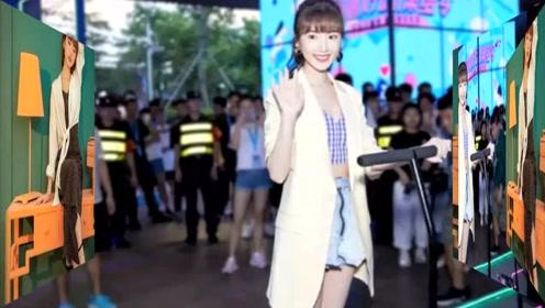 毛晓彤最新机场私服一手oversize衬衫配穆勒鞋嫩回20岁