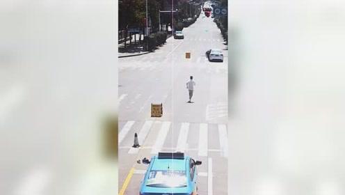 出租车司机奋力追车截停失控车辆 避免了一场悲剧