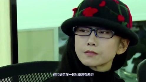 杨丽萍为了效果穿手绘服装,和男徒弟跳舞太投入,网友直呼受不了