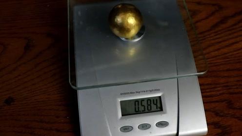 铁匠打造1斤重千层金球,切开以后里面有个小东西,从哪来的
