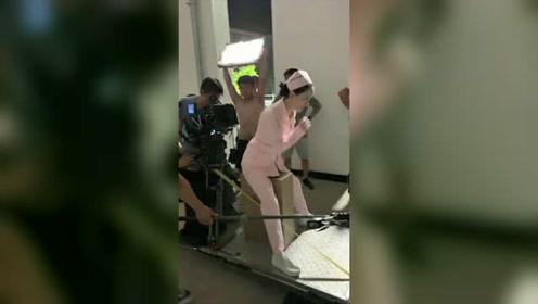 女演员拍跑步戏都坐在轨道车上引争议,真人生如戏全靠演技