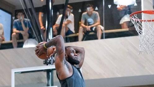 詹姆斯NBA场下扣篮合集 残暴大风车引爆球馆