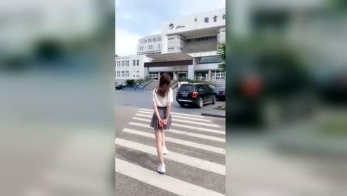 走在人行道上还跳舞的妹子,要不是可爱早就挨揍了!