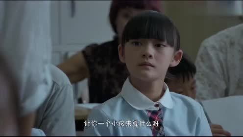 小女孩自己还在上学,因为单亲爸爸不能来,她竟然帮弟弟开家长会