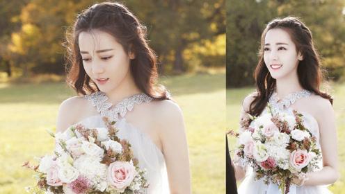 热巴拍摄婚纱照,露肩V领性感吸睛,与小女孩合影贴心蹲下