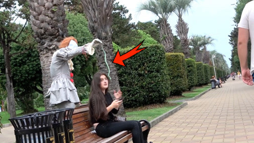 恶搞:从背后悄悄把假蛇放到路人面前!吓得妹子花容失色