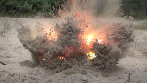 鞭炮放在西瓜里用沙子埋起来,爆炸后的场面够震撼