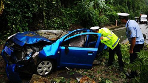 四川攀枝花两车被落石砸中3人受伤 轿车几乎被砸扁
