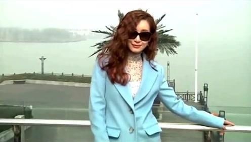 秦海璐印花长裙搭配赫本风大檐帽,优雅而又极具风情