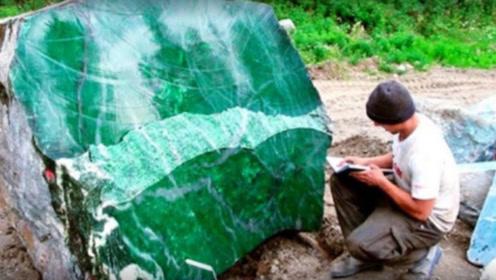 小伙发现360斤怪石,找人一刀切开后,竟然发现极品祖母绿