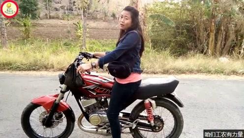 改装好一台雅马哈二冲程摩托车,女司机很高兴但也只敢用二档骑行