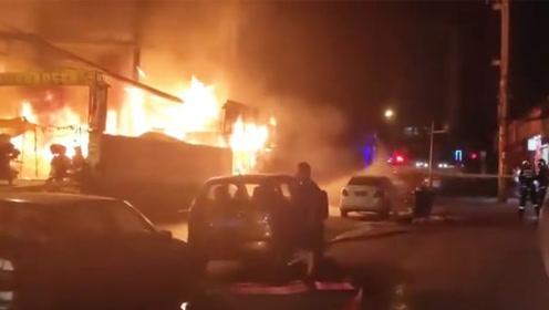 贵阳一临街门面突发大火 热心市民紧急疏散群众