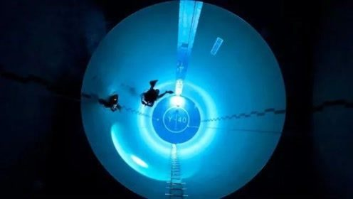 男子挑战世界最深泳池,跳下去的瞬间,看着就让人窒息!