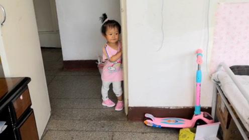 宝宝欺负完小姨就跑,站在门口偷看不敢进屋,怕妈妈揍她!