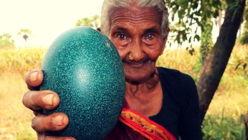 """老奶奶山上捡到""""绿色巨蛋"""",斧子敲开后,开心的合不拢嘴!"""