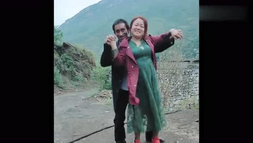草帽哥喝醉后拉着媳妇跳舞,接下来,简直辣眼睛!