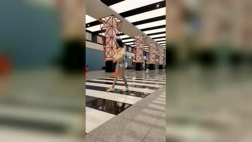偶遇俄罗斯体操女孩 身姿如燕