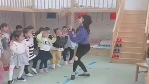 幼儿园老师教宝宝跳舞,这一跳真是太有才了,可惜宝宝们没学会