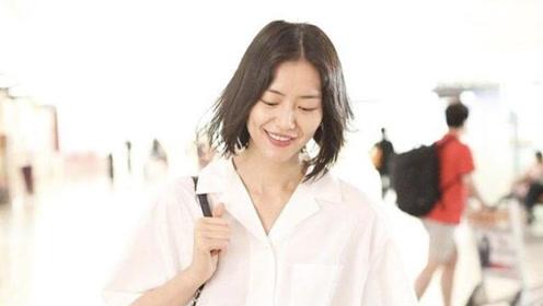 刘雯现身心情大好,穿白衬衫百褶裙如清纯学生妹