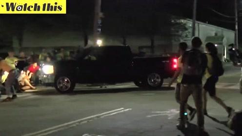 美移民局执法车冲撞抗议队伍 抗议者惊慌失措难以置信
