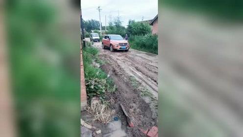 宝骏510在烂泥路表演,后面的五菱面包车只有看着!