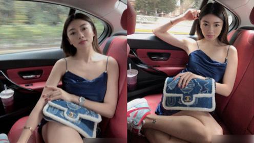 郑恺前女友程晓玥穿吊带在豪车内凹造型,她手指暴露感情现状