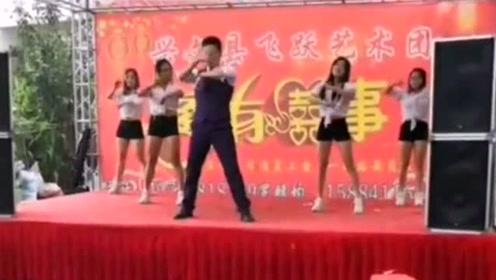 男人跳起舞来,就没姑娘什么事了