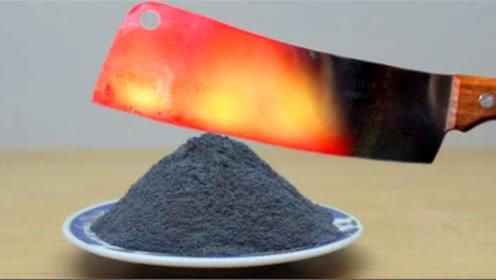 将菜刀加热1000℃,碰到火药会发生什么?切下瞬间意外发生了