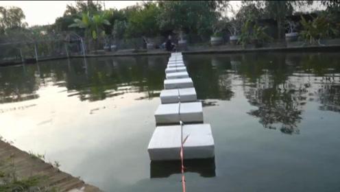 四个小伙太有创意,用泡沫做水上浮板,最后变成水下大作战!