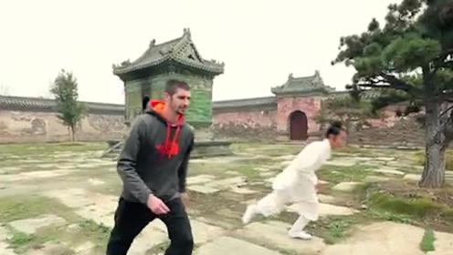 外国跑酷挑战中国轻功,老外向武当大师挑战,下一秒却实力打脸