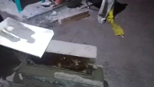 民间牛人自制小型造砖机,简单好操作,在农村非常实用