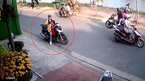 女子停车接个电话,下一秒悲剧了,这种错误很多人都会犯