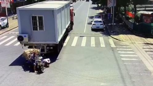 命大!三轮车路口360度甩尾躲过一劫,又遭货车倒车将其吞噬