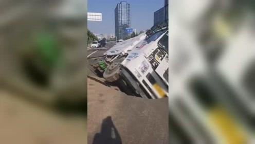 """郑州一辆环卫清扫车被""""吃""""进路面深坑 司机受伤送医"""