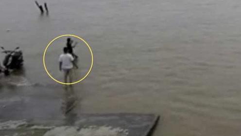 监拍:男子渡口玩手机边前行,瞬间落水消失