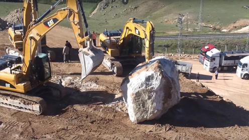 顽皮的挖掘机,三辆一起玩石头,6吨的巨石在它们面前如玩具