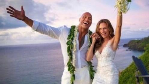 巨石强森宣布已与女友结婚 甜蜜晒出两人海边深吻绝美婚纱照