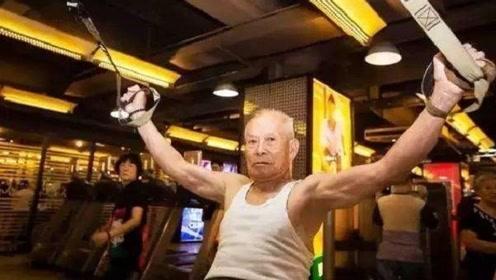 85岁大爷竟然能做出这种动作!让年轻人都羞愧