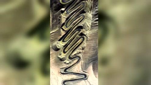 帕米尔盘龙古道,位于塔县瓦恰乡,犹如一条巨龙