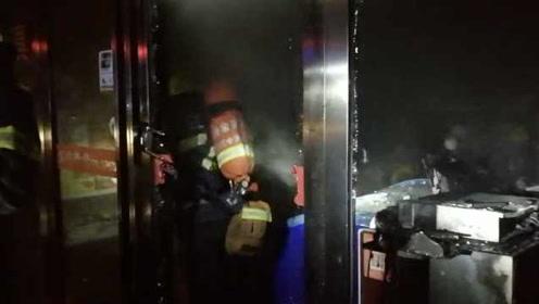 119凌晨灭火求助110:有个店铺着火门坏了,请求协助寻找店主